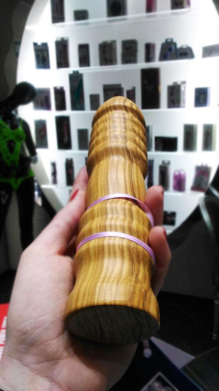 dildo in legno sagomato